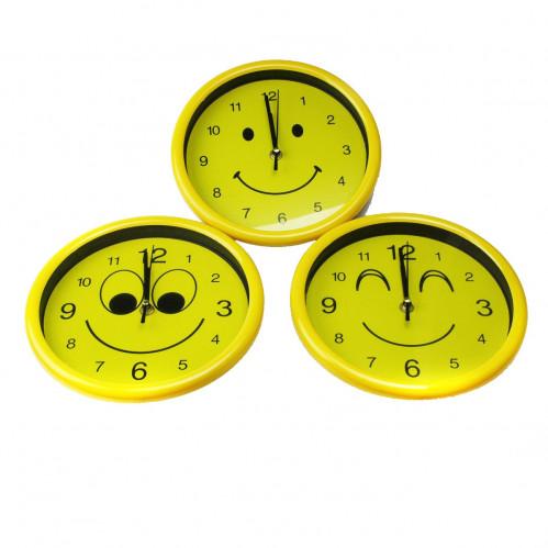 Часы №988 настен. пл. круг. (22,5*22,5*4)см 2цв рамка 2рис смайлик без шума 1R6 в бум. кор. (40)